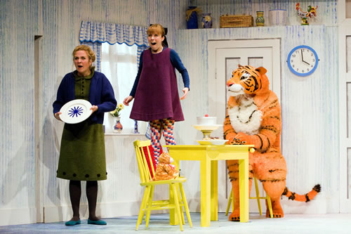 Devon Black (Mummy) Abbey Norman (Sophie) & Alan Atkins (Tiger) PIC 1 Credit Bob Workman